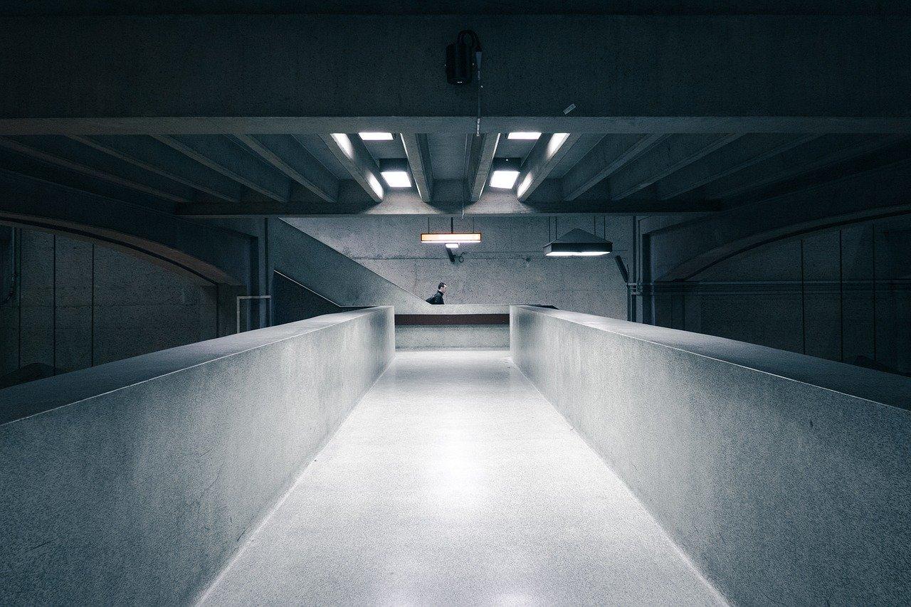 Intérieur d'un bâtiment en béton