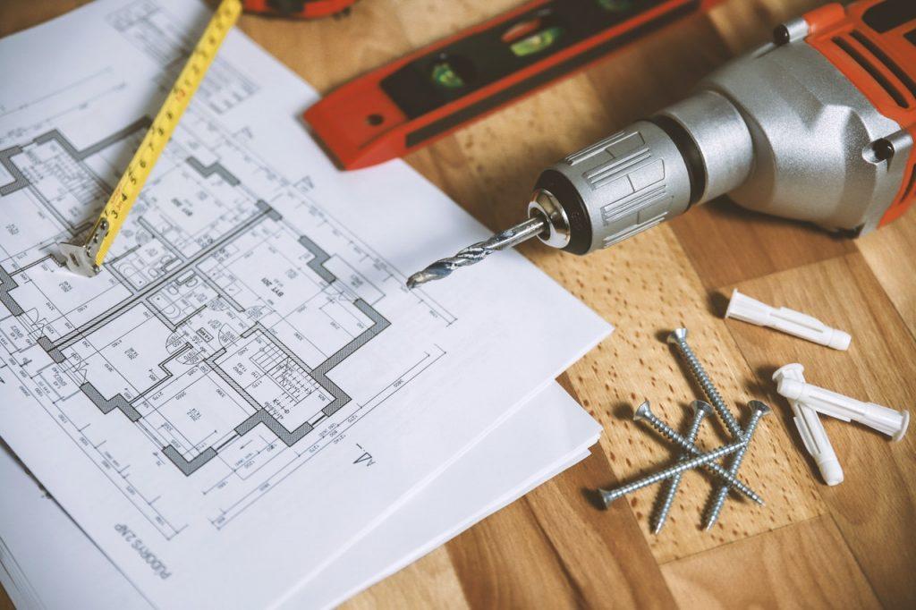 plans de construction et outils posés sur une table