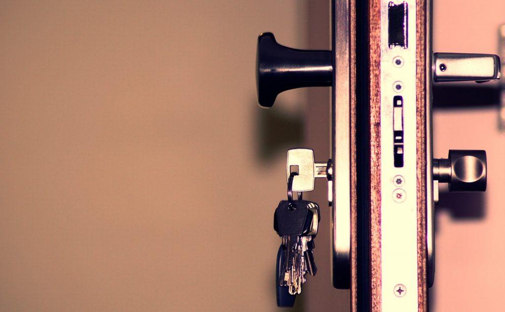 clés dans la serrure d'une porte