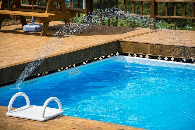 piscine coque avec contours en bois