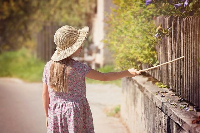 clôture en brande avec fille enfant qui marche le long
